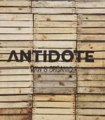 Antidote Logo auf Holzkisten