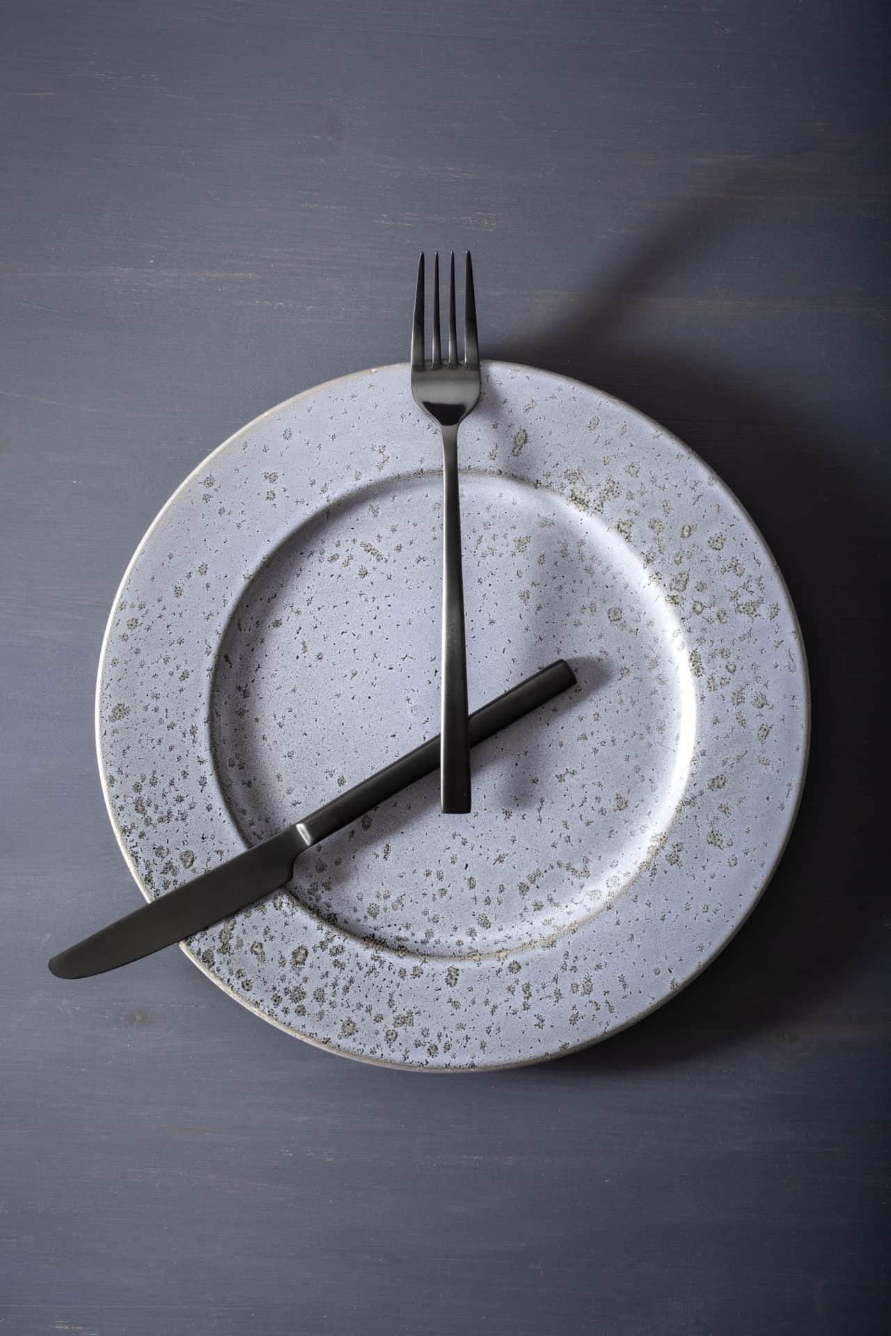 Gabel und Messer auf einem Teller überkreuzt