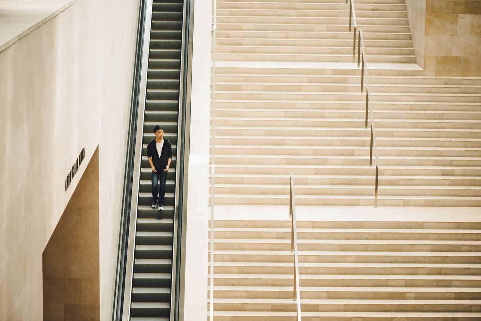 mann auf rolltreppe