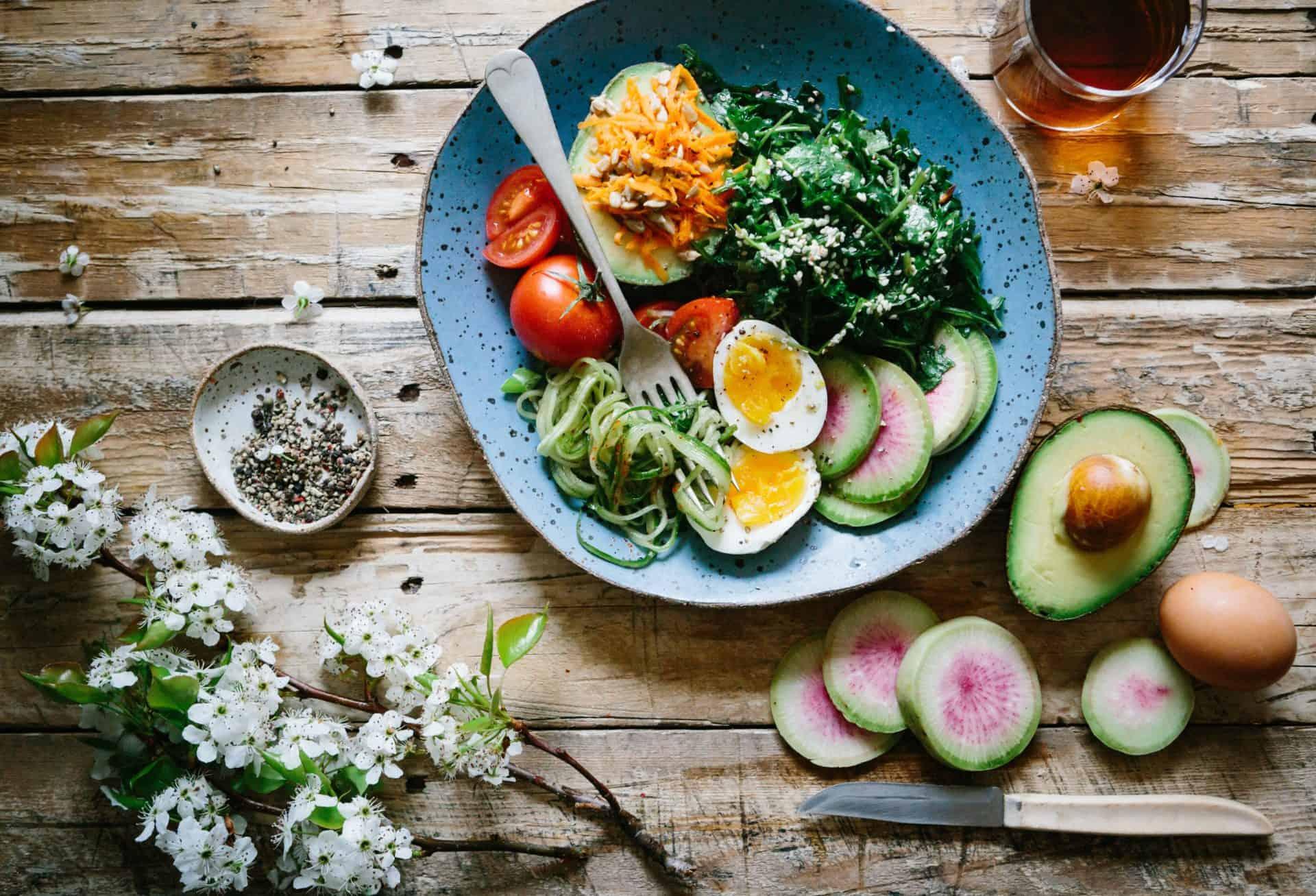 Bowl mit Gemüse und Eiern