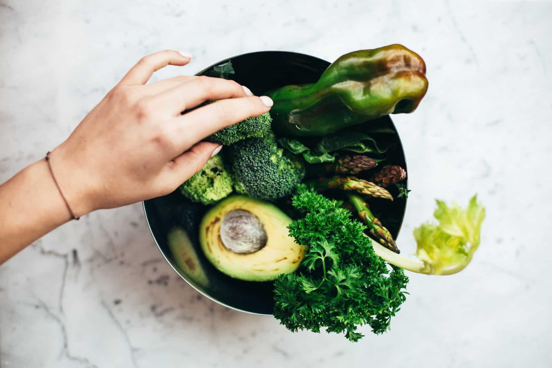 Grünes Gemüse in einer Schüssel