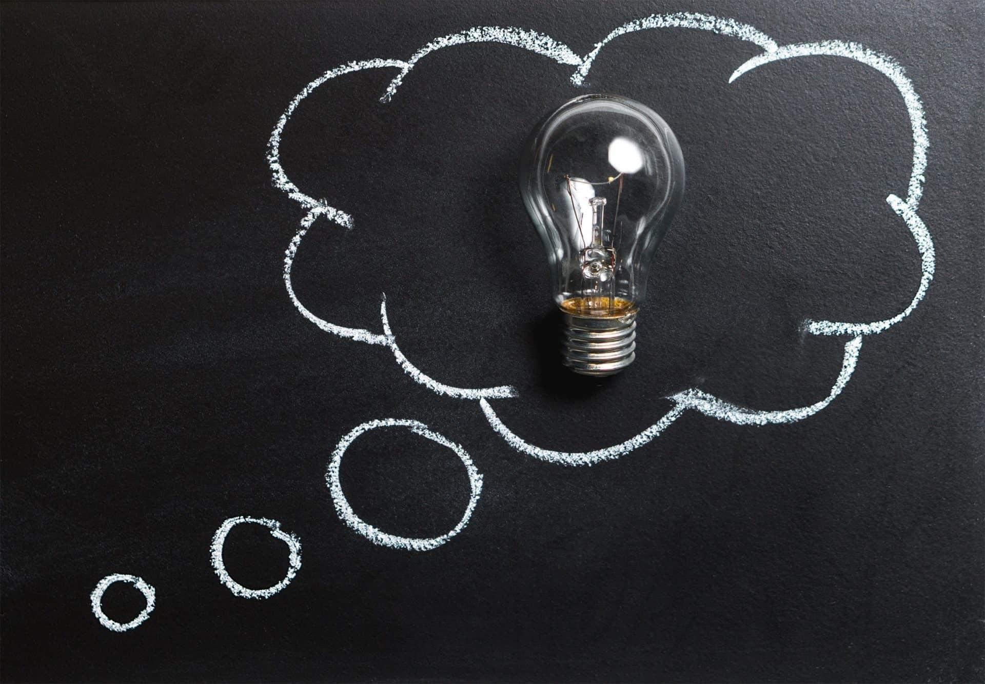 Denkblase und Glühbirne