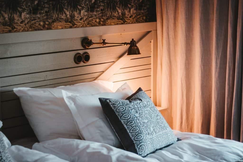 Kissen auf einem Bett